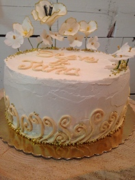 Simpel white and gold wedding cake.