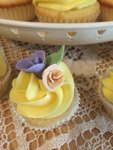 Vanilla and lemon cupcakes with gum past flowers